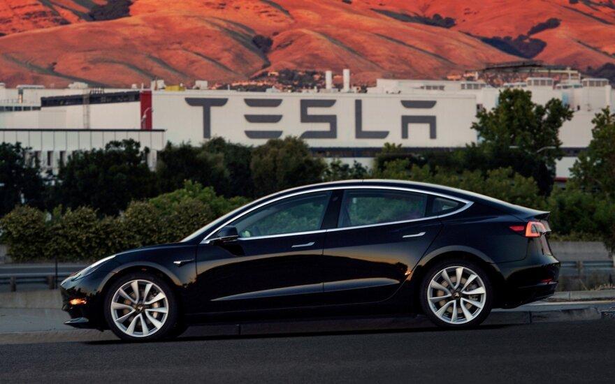 """""""Tesla"""" atrado, kad jų automobiliai geresni nei manė – nebeteiks vienos paslaugos"""