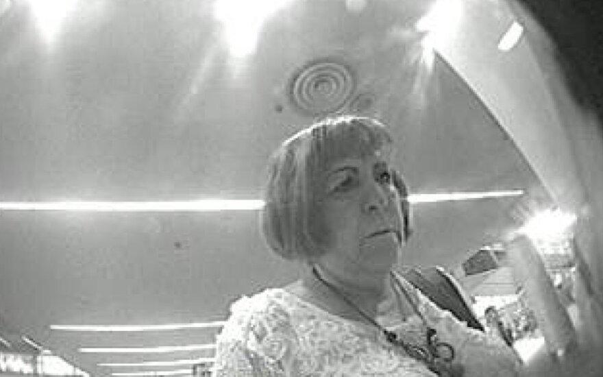 Kauno pareigūnai ieško bankomato kameros užfiksuotos moters: toje pat vietoje buvo pamesta piniginė