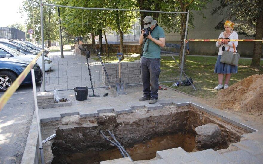 Panevėžio rajono savivaldybės prieigose atkasti du suardyti kapai