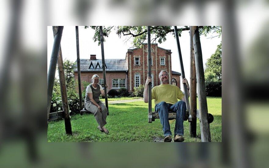 Regina ir Vytautas Mataičiai naujam gyvenimui prikėlė buvusį dvarą; J.Sajenkienės nuotr.