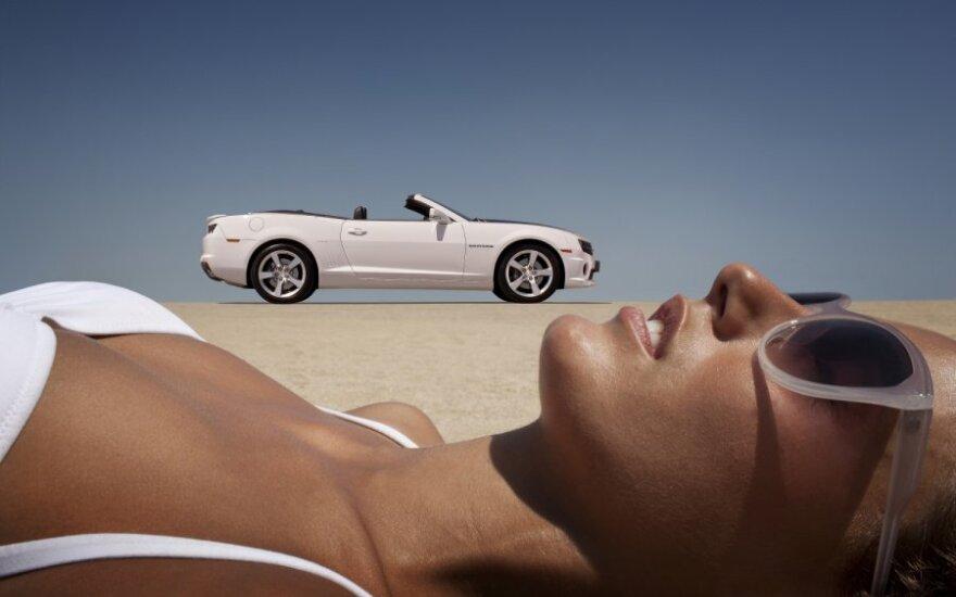 Moteris ir automobilis