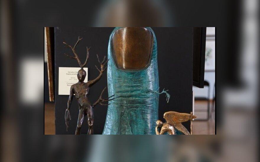 """Chuliganas Rygoje suniokojo Salvadoro Dali skulptūrą """"Angelo pasirodymas"""""""