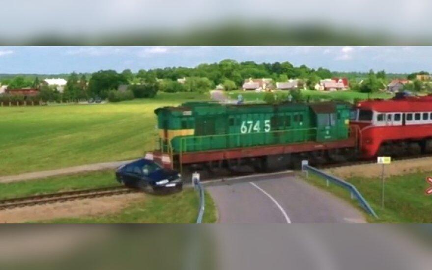 Automobilio susidūrimas su lokomotyvu