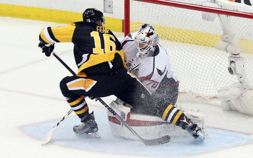 """Ericas Fehras (""""Penguins"""") atakuoja """"Capitals"""" vartus"""