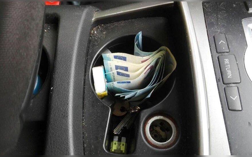 Marijampolėje vyras pareigūnams pasiūlė kyši – 40 eurų ir butelį degtinės