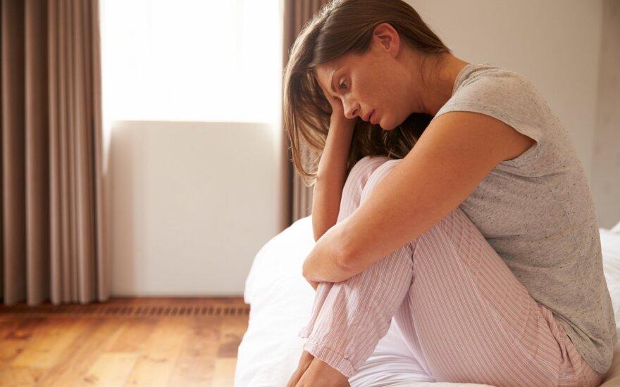 Moteris liūdi