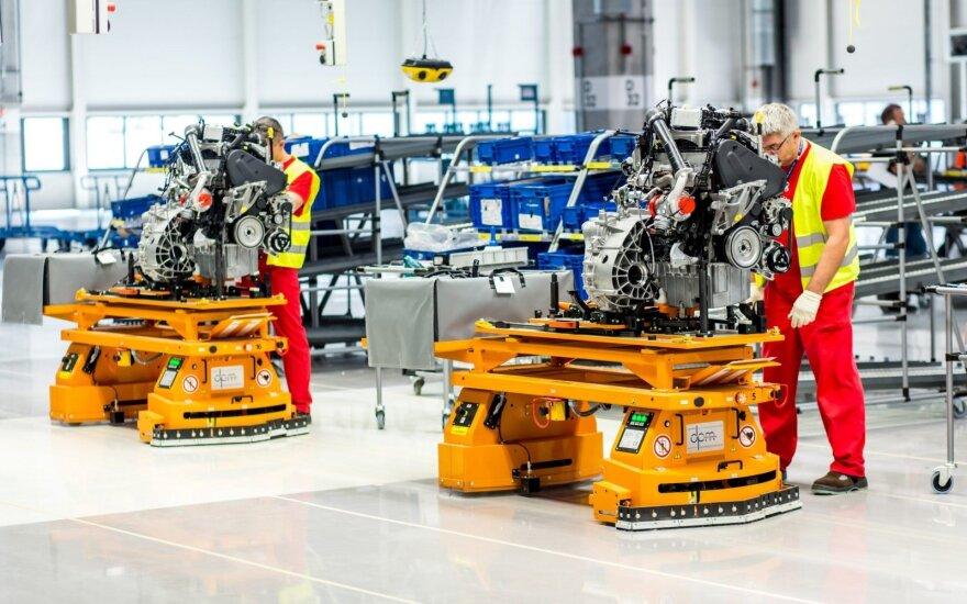 """Mažėjant automobilių pardavimams, """"Volkswagen"""" vidiniame pranešime užsimenama apie dalies gamybos stabdymą"""