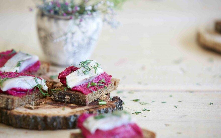 Beatos sumuštiniai su burokėlių paštetu ir silke