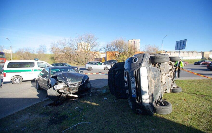 Vilniuje po susidūrimo apvirto automobilis, suniokotos dvi mašinos