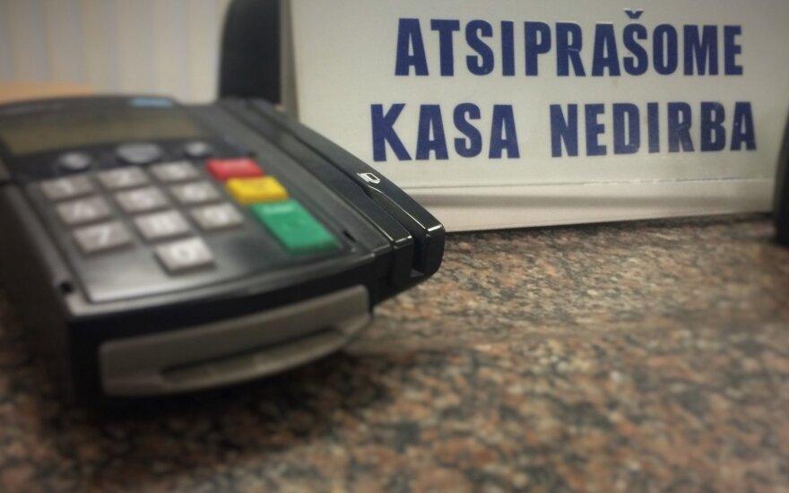 Mokėjimai keičiasi: draudžiama gyventojus papildomai apmokestinti už atsiskaitymus kortele