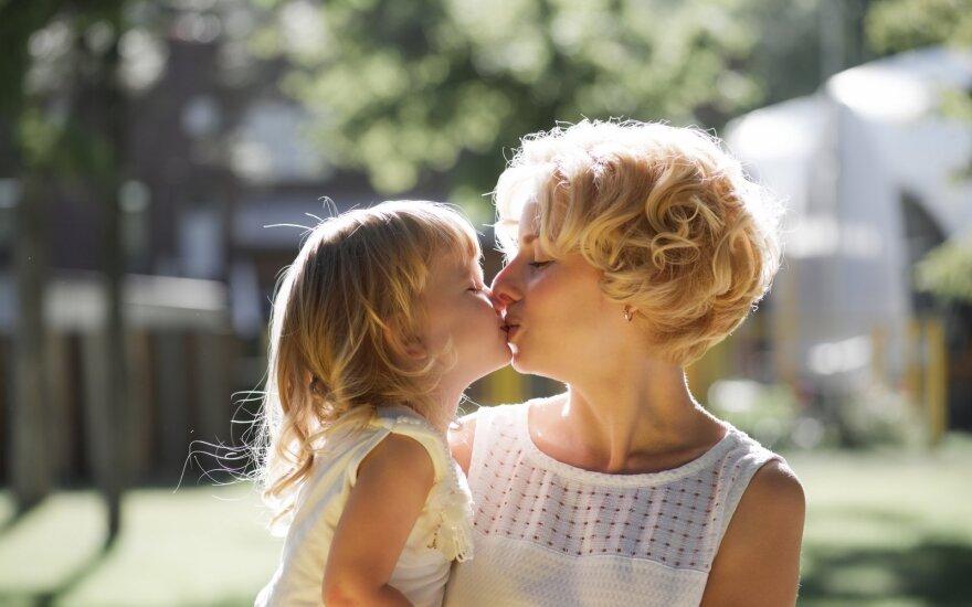 Mama bučiuoja vaiką