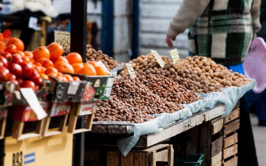 Kai kurie žmonės netiki, kad ūkininko parduodami riešutai užaugo Lietuvoje