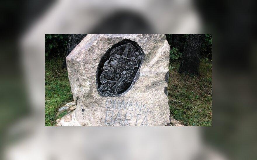 Ant akmenų iškalti jotvingių ir prūsų genčių karo vadų vardai.