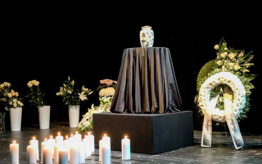 Urna su Arūno Storpirščio palaikais pašarvota teatro scenoje: paskutinį sudie tarė žinomi kolegos ir bičiuliai