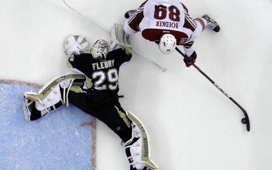 "Mikkelis Boedkeras (""Coyotes"") atakuoja Marco-Andre Fleury (""Penguins"")"