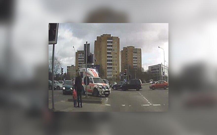 Nufilmuota: kas nutinka, kai vairuotojai nemato skubančių medikų