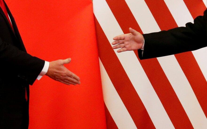 """JAV ir Kinijos derybininkai """"konstruktyviai"""" telefonu aptarė prekybos susitarimą"""