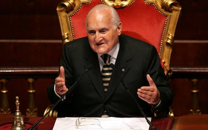 Mirė buvęs Italijos prezidentas O. L. Skalfaras
