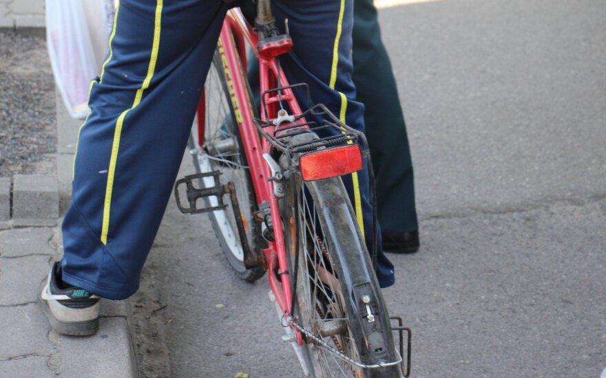 Girtas dviratininkas rėžėsi į pėsčiuosius