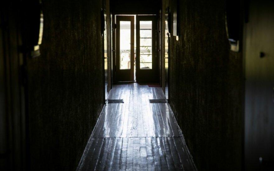 Lavoną dvi savaites slėpė sofoje, bet smarvė įtarimų nesukėlė nei kaimynams, nei pareigūnams