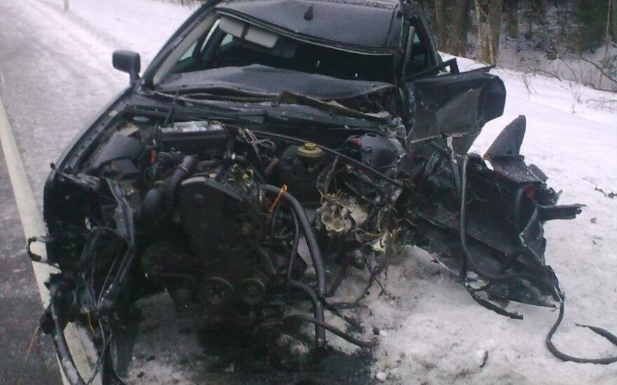 """Varėnos r. susidūrus krovininiam ir """"Audi"""" automobiliams, pastarojo vairuotoją teko vaduoti ugniagesiams"""