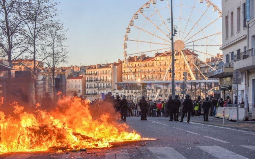 Prancūzija skaičiuoja protestų ir naujų vyriausybės priemonių kainą