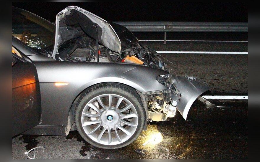 Vis dar ieškoma autobusą su BMW taranavusio vairuotojo: sudaužė skolintą automobilį