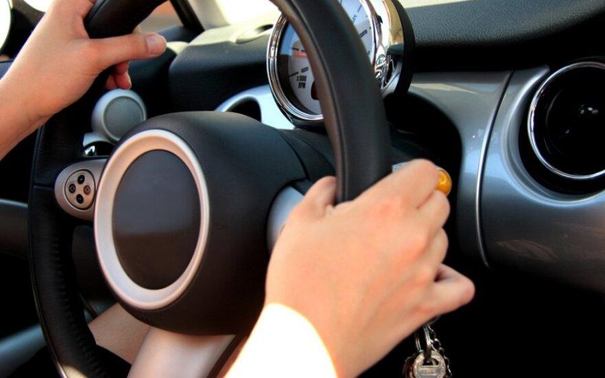 Septynmetis tapo girto suaugusiojo vairuotoju
