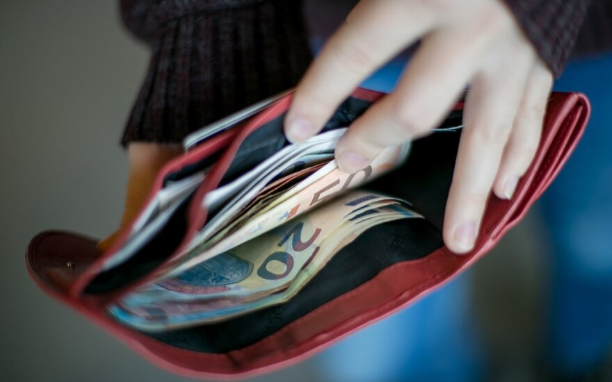 Tyrimas: uždirbantys daugiausia ir taupo dažniau