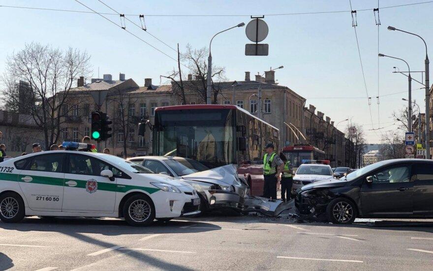 """Avarija Vilniuje: susidūrė autobusas ir automobilis """"Ford"""""""