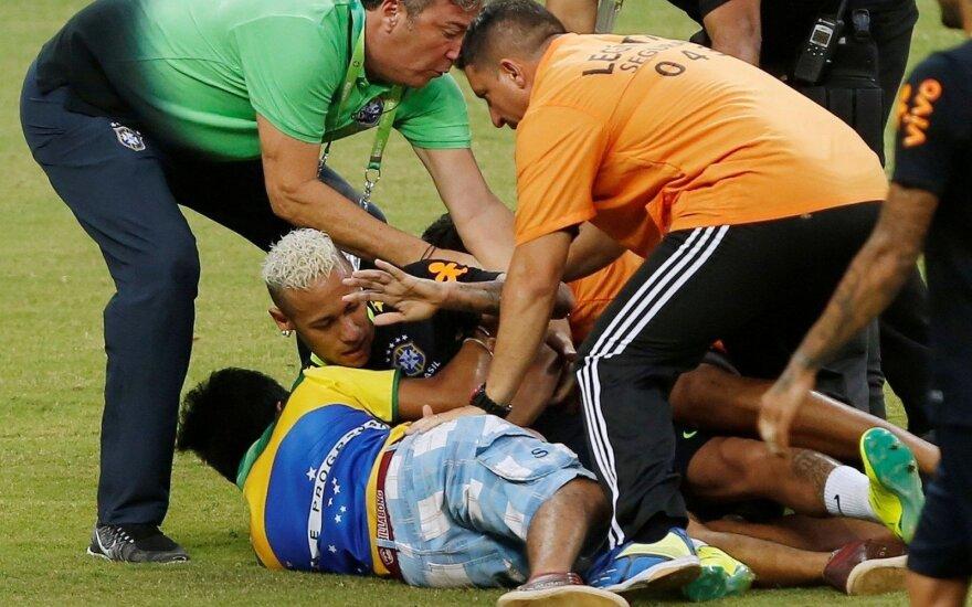 Apsauga – bejėgė: į aikštę įsiveržę brazilai čiupo ir parvertė Neymarą