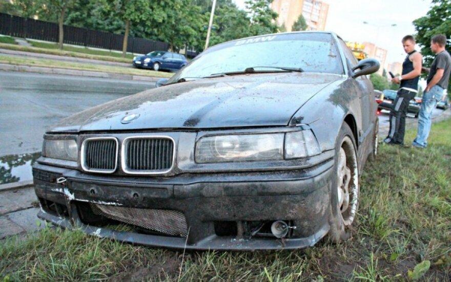 """Duobė gatvėje tapo spąstais jaunam """"BMW"""" vairuotojui"""