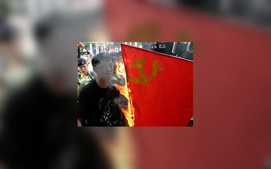 Honkonge sudeginta Kinijos komunistų partijos vėliava