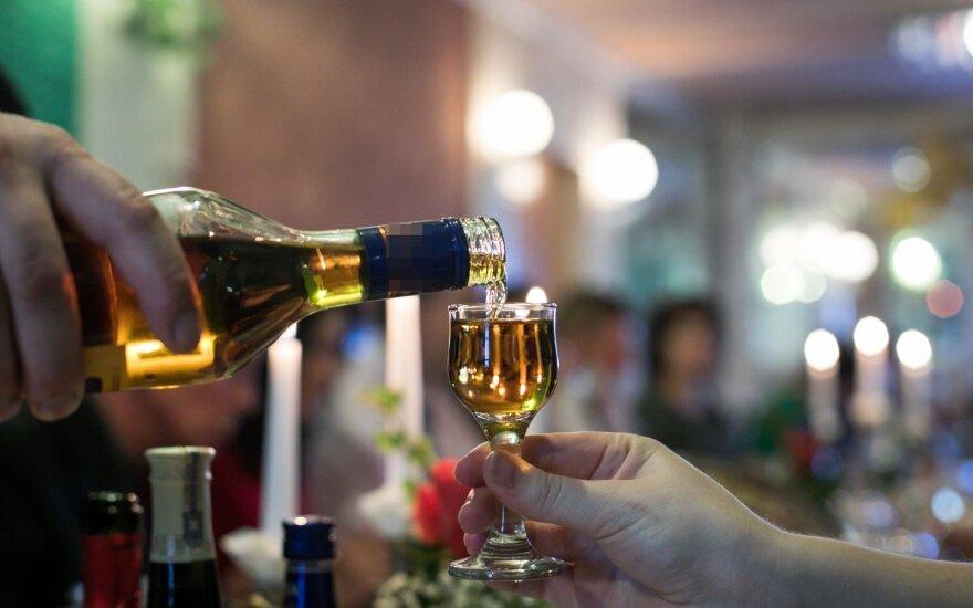 Ar verta Lietuvoje atlaisvinti alkoholio vartojimo ribojimus: mokslininkai turi atsakymą