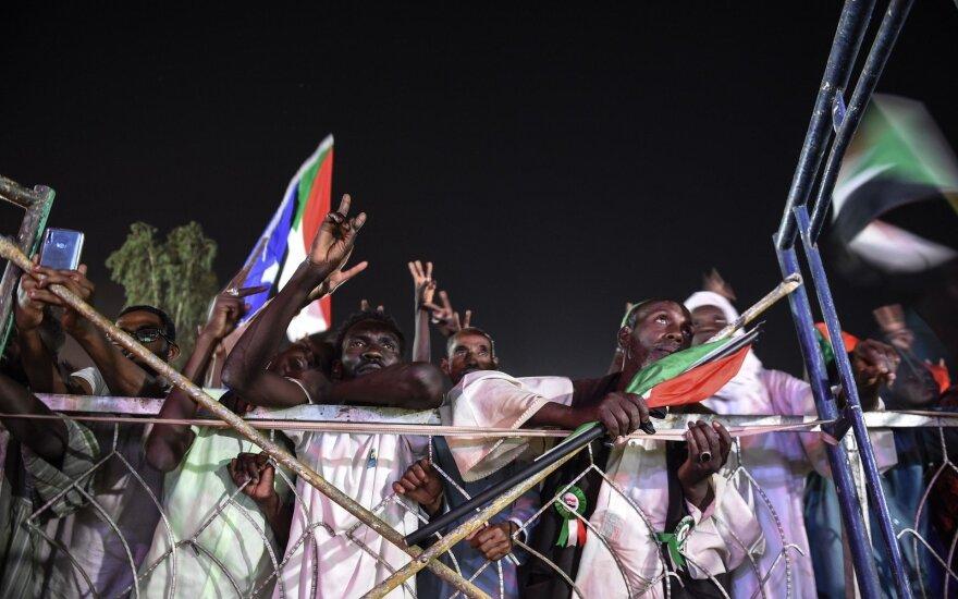 Sudano kariniai valdytojai 72 valandoms sustabdė derybas su protestuotojais