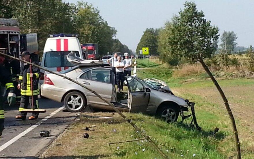 """Magistralėje sunkvežimio ir """"Mercedes"""" avarija: žmogų iš automobilio ištraukė ugniagesiai"""