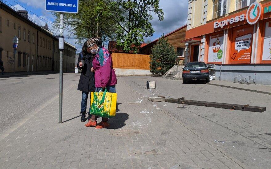 """Vilniuje moters vairuojamas automobilis """"Honda"""" nušlavė autobusų stotelės suolą ir trenkėsi į parduotuvę"""