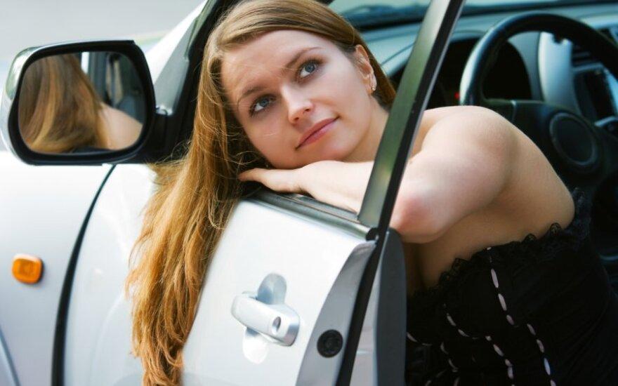 Moteris svajoja apie automobilį