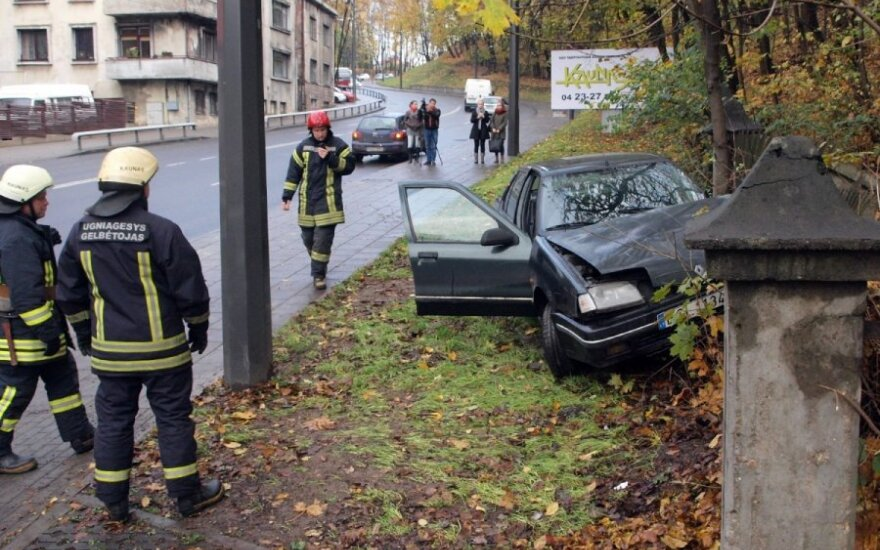 """Per avariją Kaune merginos vairuojamas """"Renault"""" rėžėsi į tvorą"""