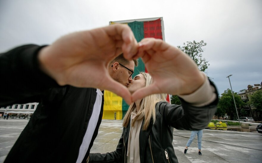 Valstybės dienos proga Kaune išskleista rekordinio dydžio trispalvė