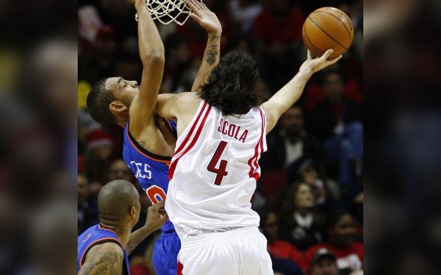 """Luisas Scola (""""Rockets"""") meta per Jaredo Jeffrieso (""""Knicks"""")"""