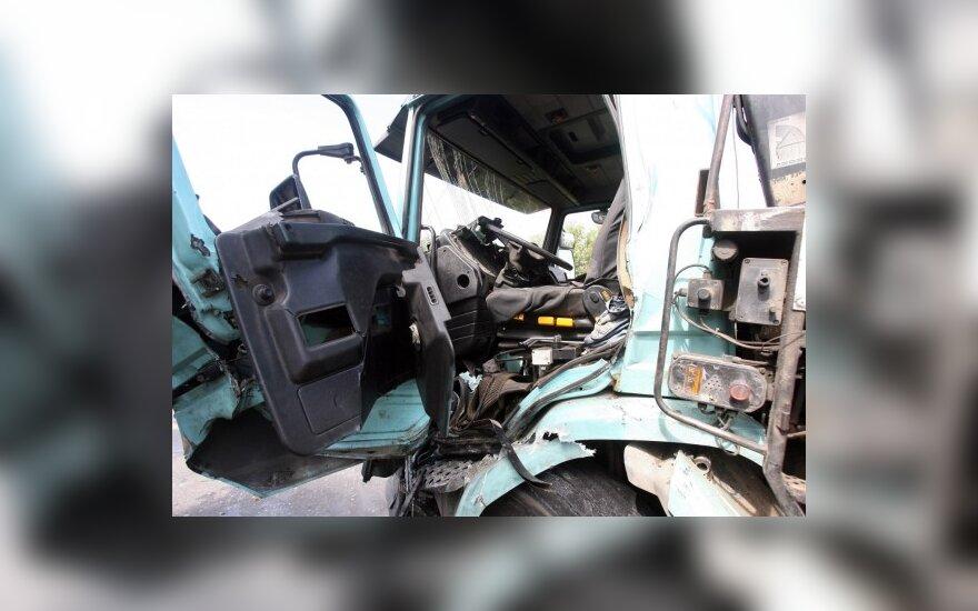 Vilniuje ugniagesiai gelbėjo sunkvežimyje prispaustą vairuotoją