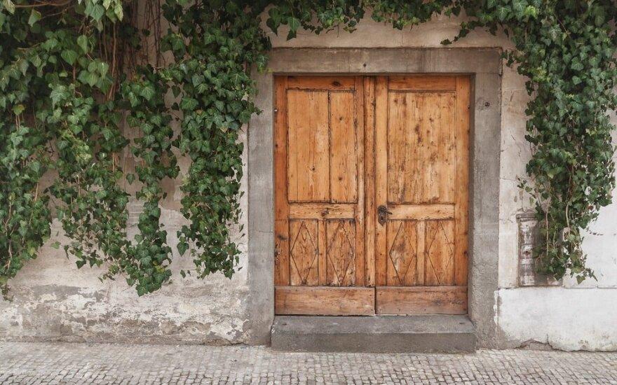 Į kurią pusę turėtų atsidaryti durys: į išorę ar vidų, į kairę ar dešinę?