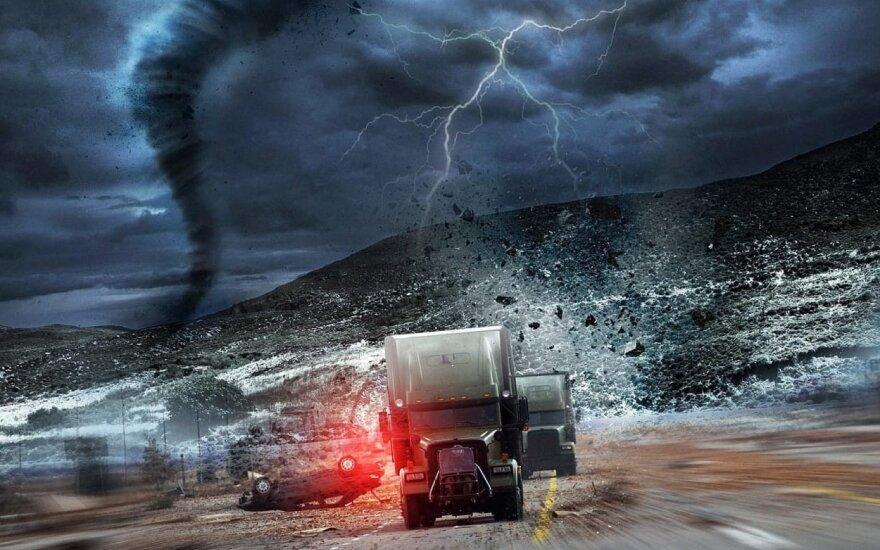 """Filmo """"Apiplėšimas uragano akyje"""" kadras"""