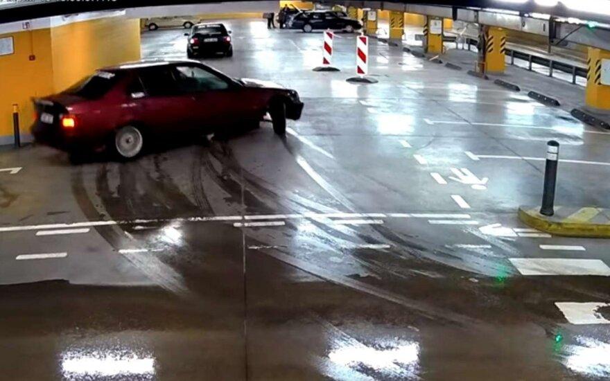 Prekybos centro stovėjimo aikštelėje šonu slydęs BMW automobilis