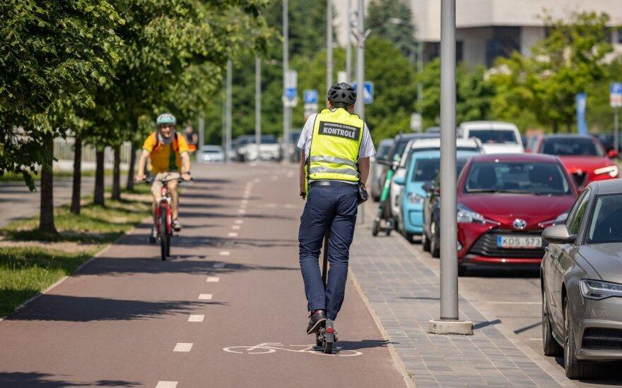 Parkavimo kontrolieriai Vilniuje nebevaikščios pėsčiomis: ar sumokėta rinkliava tikrins privažiavę paspirtuku