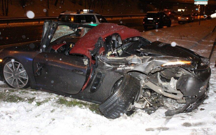 """Naktį """"CityBee"""" neteko """"Porsche"""" – jį visiškai sumaitojo girtas vairuotojas"""