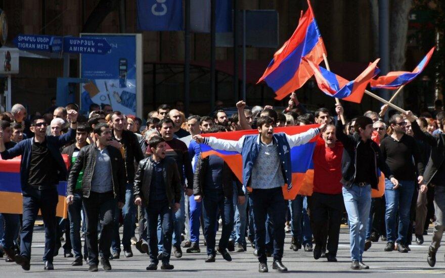 Tūkstančiai žmonių išėjo į Jerevano gatves, Armėnijos delegacija – Maskvoje