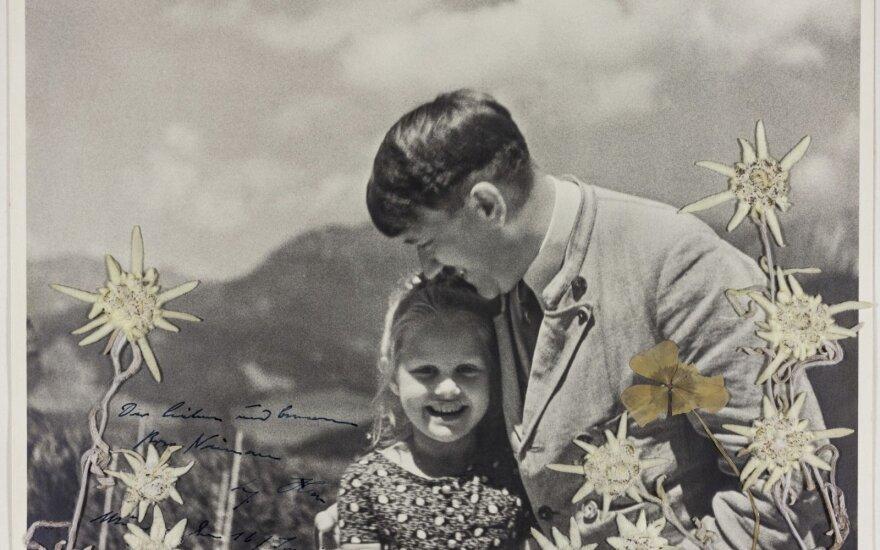 Aukcione JAV parduota nuotrauka, kurioje nufotografuotas A. Hitleris su žyde mergaite