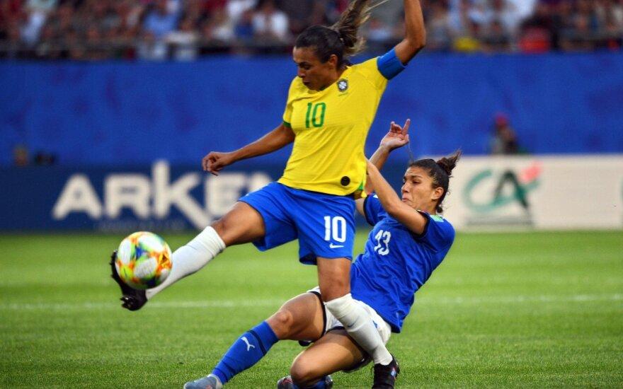 Brazilė Marta (geltoni marškinėliai) per rungtynes su Italija